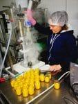 photo d'Aurélie en train de réaliser des tartinades dans le laboratoire