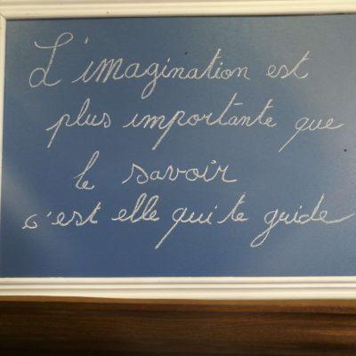 """photo d'un tableau de l'atelier partagé qui cite """"l'imagination est plus importante que le savoir, c'est elle qui te guide"""""""