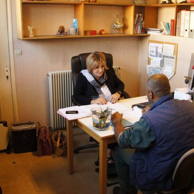 Photo d'entretien d'un salarié avec Béatrice à la Recyclerie