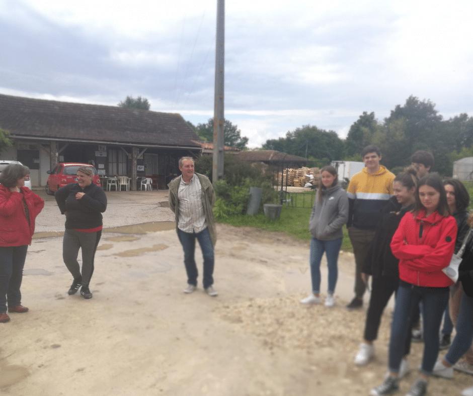 Des élèves du lycée du Cluzeau visitent le jardin.