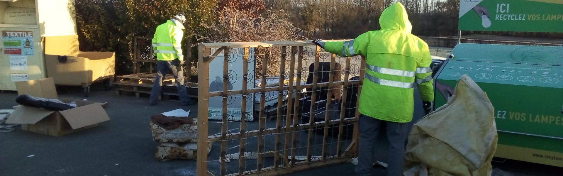 Photo des salariés de la recyclerie en train de démanteler un lit en déchèterie
