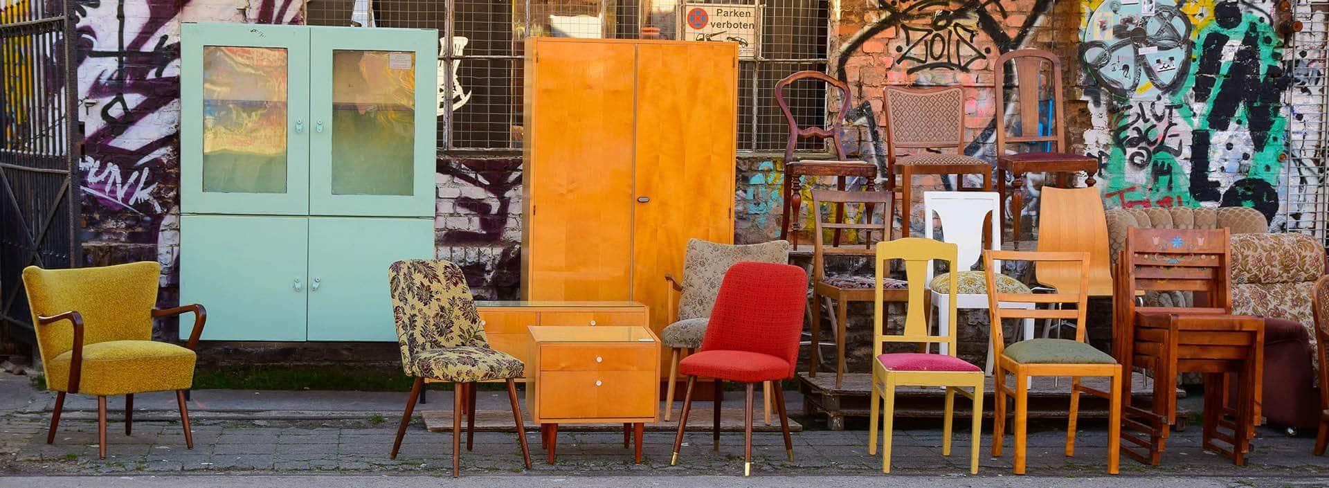 étalage de meubles devant une enseigne